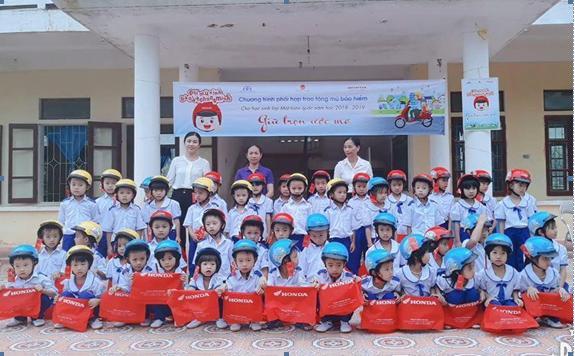 Ảnh: Ngành GDĐT Hương Sơn phối hợp với Honda Việt Nam trao tặng 2.260 mũ bảo hiểm cho học sinh lớp 1 năm học 2018 - 2019